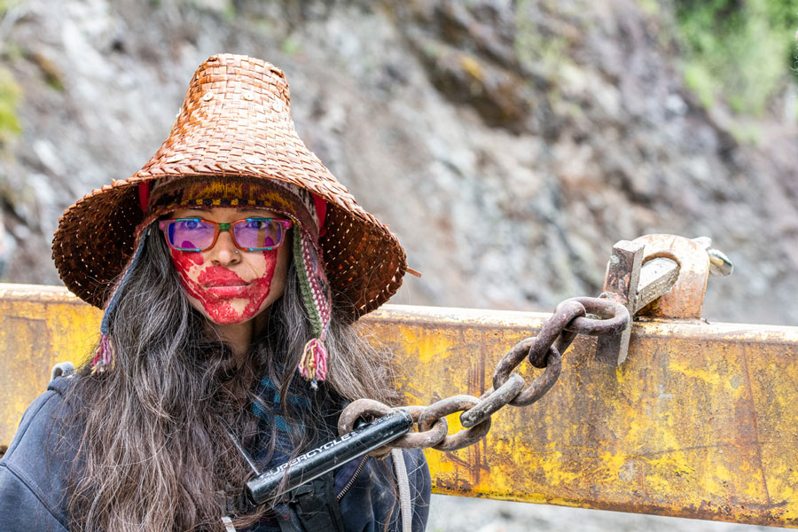 Rainbow Eyes, Da'naxda'xw-Awaetlala Nation, chained to fence